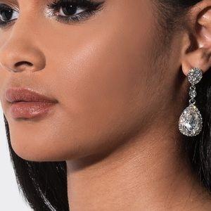 Jewelry - Tear drop dangle earring